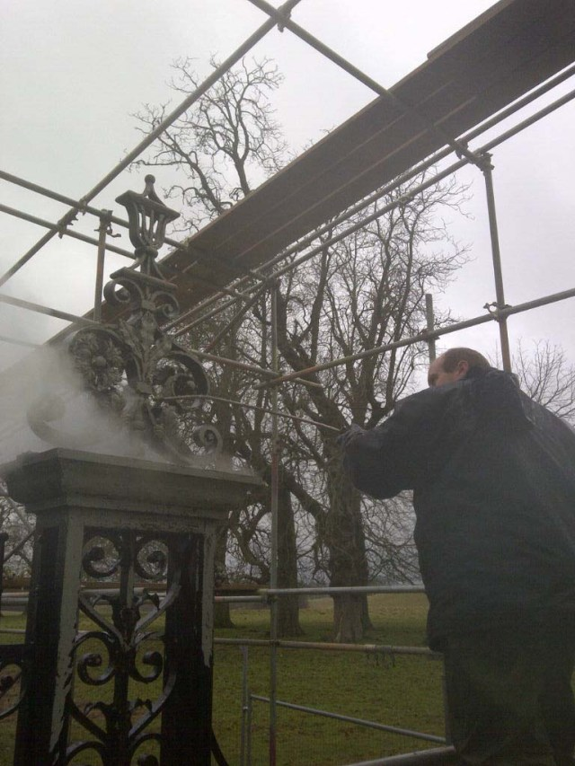 Pressure washing of the 'Tijou' gate to remove loose layers (this operation was done before the protective enclosure was erected for obvious reasons.